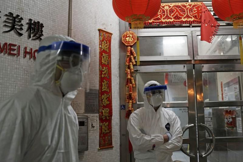 香港康美樓先前已多名確診病例被診出,雖距離10個樓層,但當局不排除病毒靠糞管途徑傳播,撤離該單位所有住戶。(美聯社)