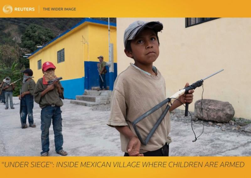 墨西哥格雷羅州山村近年來不斷被販毒集團「卡特爾」攻擊,造成村民接連喪生,他們不得已讓村裡的兒童接受「軍事訓練」、學習如何使用槍枝,擁有自保能力,才能保護他們的親人。(路透)