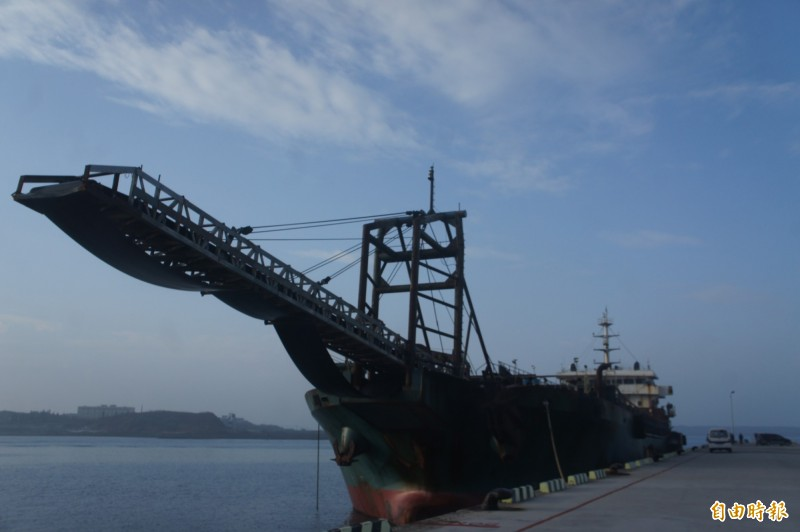 扣留在馬公港的中國抽砂船,因主機原本就故障又泊靠四個月之久,進行搶修中。(記者劉禹慶攝)