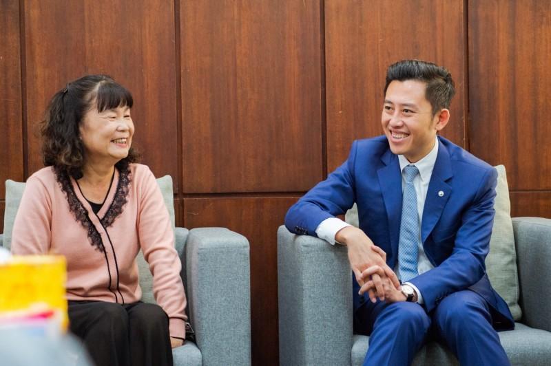 竹市愛心媽媽邱麗雲擔任寄養家庭,是26個孩子的媽,與市長林智堅相見歡。(記者蔡彰盛翻攝)