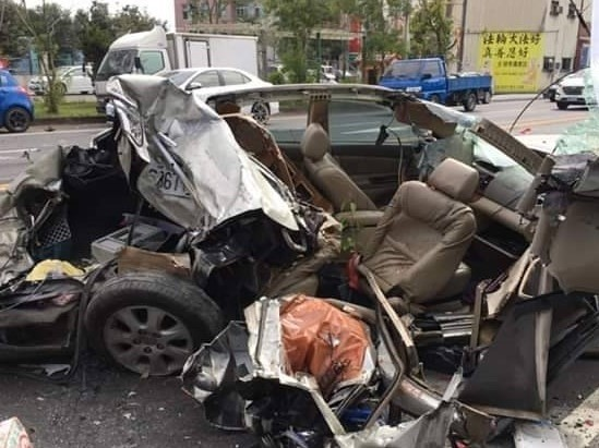 事故車幾乎全毀,怵目驚心。(記者林國賢翻攝)