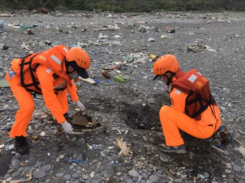 兩隻海龜陸續就地掩埋。(記者陳彥廷翻攝)