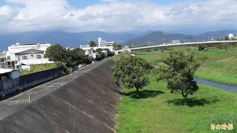 台東市太平溪右岸康樂橋段現況,將改建為路堤共構道路。(記者黃明堂攝)