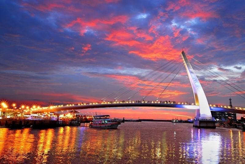 淡水漁人碼頭情人橋的浪漫光雕。(新北農業局提供)