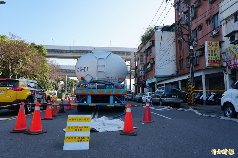 台北市內湖區新明路、成功路口一帶,從2月8日起傳出油氣味。(記者楊心慧攝)