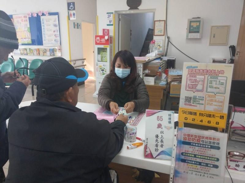 霧台鄉衛生所提供口罩代售服務。(圖由屏東縣政府提供)