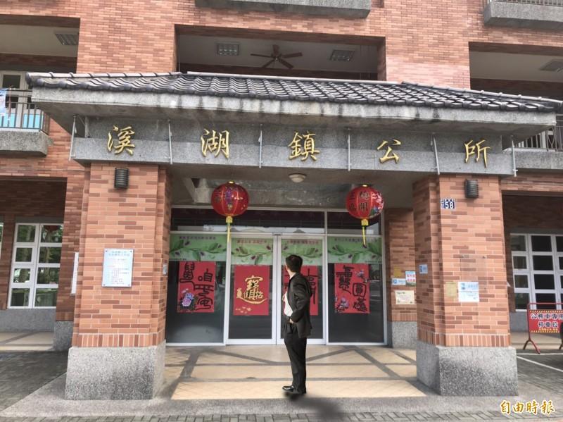 台商從清泉崗機場走了8小時的路到溪湖鎮公所求助。(畫面非當事人,記者顏宏駿攝)