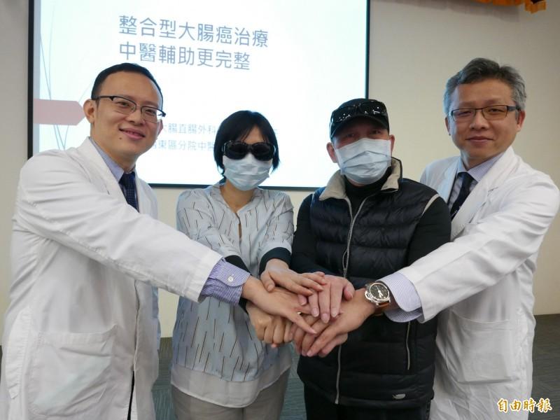 醫師柯道維(右)、中醫師葛正航為大腸癌患者蔡小姐、陳先生進行中西醫合併治療,大幅改善化療不適。(記者蔡淑媛攝)