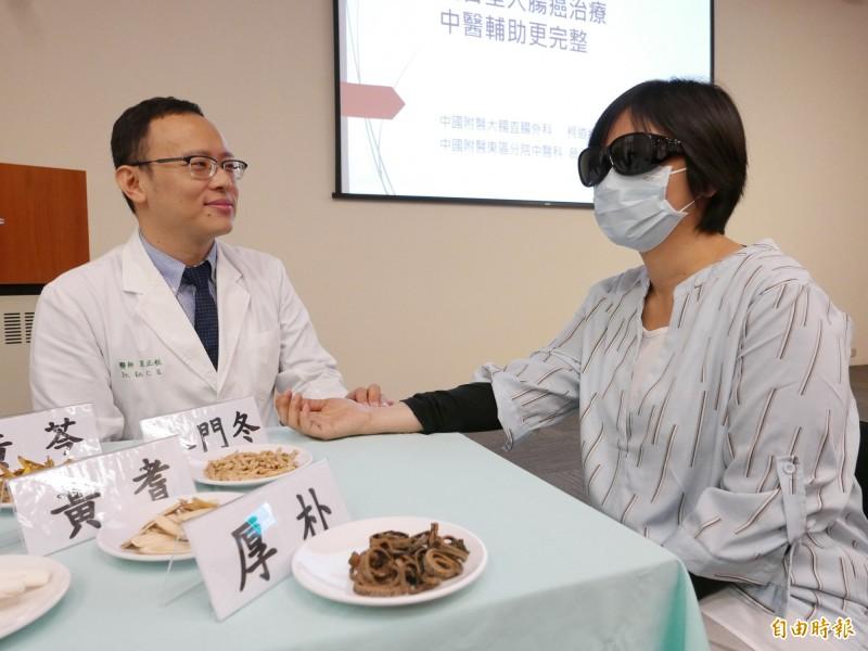 蔡小姐接受中醫師葛正航中藥治療,大幅改善化療不適,並持續治療恢復體力。(記者蔡淑媛攝)