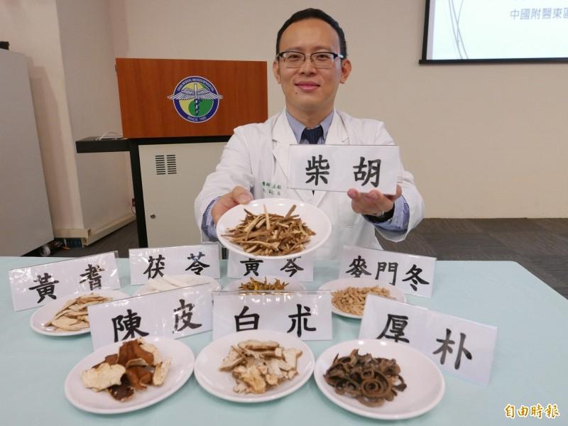 中醫師葛正航指出輔助大腸癌治療,以柴胡、白朮等藥材清熱利氣、健脾胃。 (記者蔡淑媛攝)