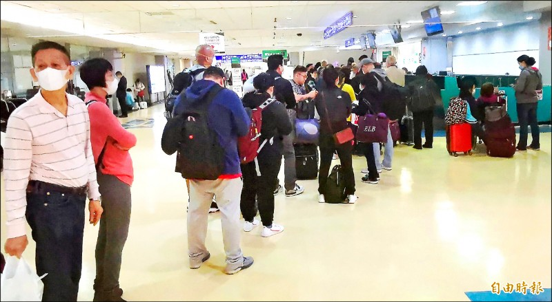 菲國前天深夜臨時發佈禁令,有一百多名台籍旅客被拒絕入境,美、加飛台轉機菲國,也有六百人被迫取消行程,圖為無法前往菲國旅客,在轉機櫃檯辦理手續的情形。(記者姚介修攝)