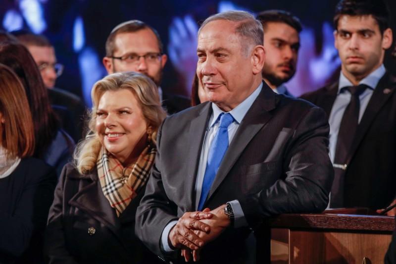 以色列國會改選在即,近日傳出現任執政黨選民愛用的手機APP含有「超笨的」安全漏洞,高達645萬選民的個資讓人隨意下載,引起社會譁然。圖為以色列現任總理納坦雅胡(前排右)。(法新社)