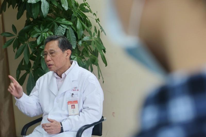 中國國家衛健委高級別專家組組長鍾南山領銜的〈中國2019年新型冠狀病毒感染的臨床特徵〉研究日前發表後,其中引發熱烈討論的是病毒潛伏期最長達24天,對此,鍾南山也做出澄清。(路透)