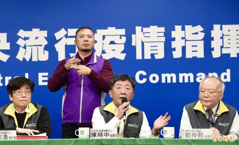中央流行疫情指揮中心指揮官陳時中宣布,撤回陸委會昨天所有對中配子女的開放措施。(記者羅沛德攝)