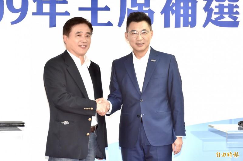 國民黨主席候選人郝龍斌(左)、江啟臣(右)出席109年中國國民黨主席補選政見說明會,會後握手致意。(記者塗建榮攝)