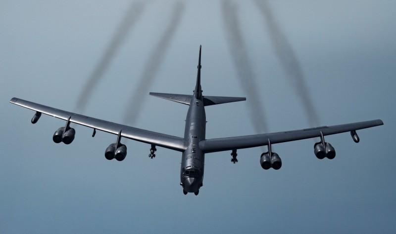 美國空軍昨天派遣兩架B-52轟炸機(見圖)、一架MC-130J多用途軍機「繞台」,學者翁明賢指出,美機巡弋可視為美軍演練第一島鏈戰略支援工作的作為。(路透檔案照)