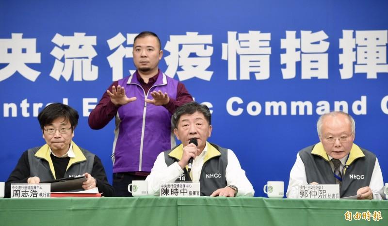 陸委會昨天宣布開放中國籍配偶子女來台、近2千名的人數恐引發防疫漏洞,許多民眾憤怒紛紛抗議;疫情指揮中心今天下午宣布,「取消」這項措施。(記者羅沛德攝)