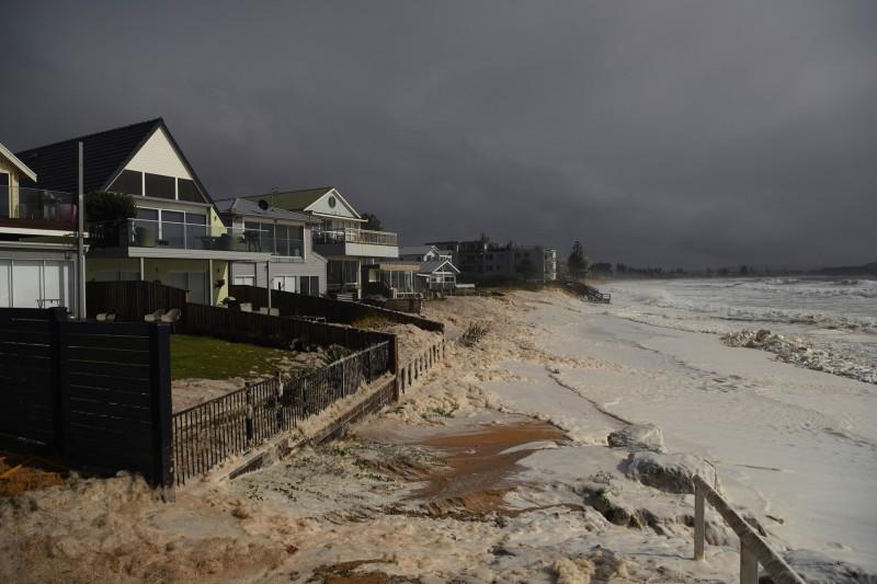 暴雨和強風在新南威爾斯州帶來嚴重影響。圖為雪梨沿海受到暴風雨影響的房屋。(歐新社)