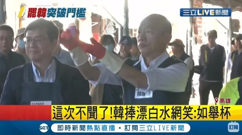 韓國瑜(見圖)今示範調配消毒水,被網友認為他的手勢宛如向在場者敬酒。(圖取自三立新聞網)