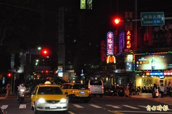 新冠肺炎(武漢肺炎)疫情蔓延,台北市的酒店生意近期不復以往,不僅變得門可羅雀,就連小姐也都不願意上班,有業者還稱,有些小姐「寧可不戴套,一定要戴罩」。(資料照)