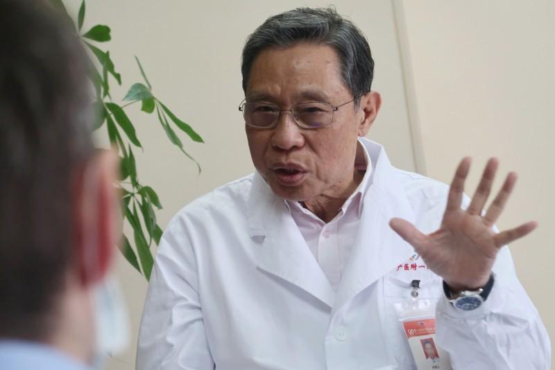 中國官方傳染病學專家鍾南山表呼籲,如果出現武漢肺炎的病徵或可疑狀況,不要在家隔離,應到臨時隔離點更安全。(路透)