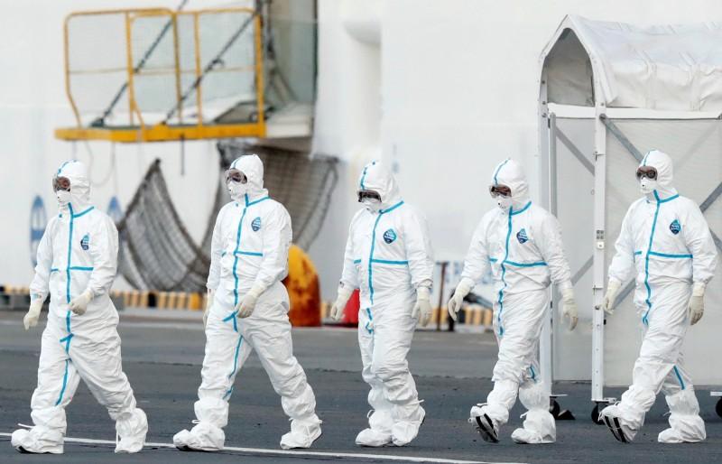 被感染的檢疫官在進行作業時,僅穿戴口罩和手套,並沒有穿著全身防護服。圖為示意圖。(路透)