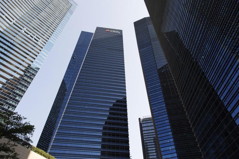 濱海灣金融中心(MBFC)第三大廈43層樓的星展銀行亞洲中央辦公室,有一名昨日接受病毒檢驗的員工在今日驗出感染武漢肺炎。(彭博)