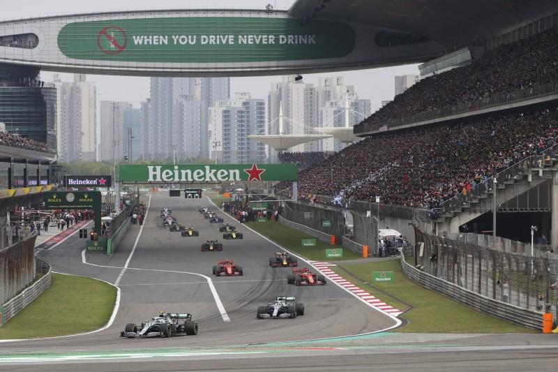 一級方程式賽車(F1)的管理機構今(12)日宣布,原定4月在上海舉行的中國大獎賽將延期。圖為去年賽事。(美聯社)