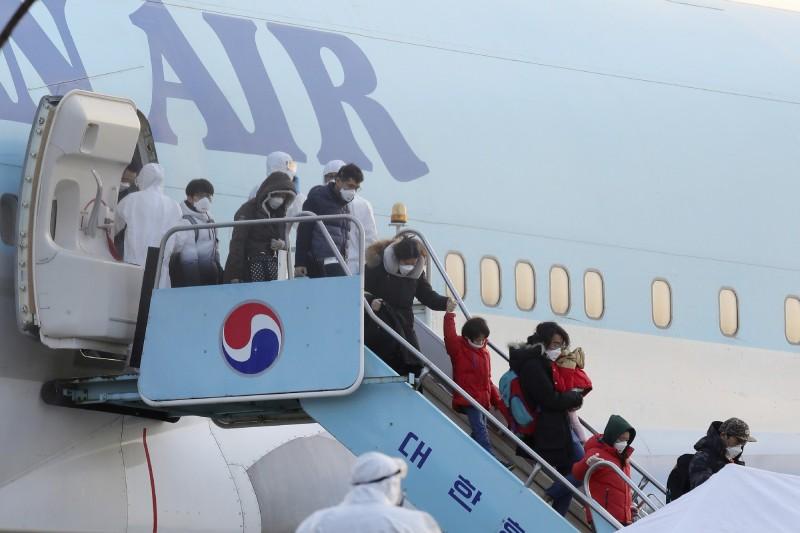 南韓第三架撤僑專機返抵首爾,接回南韓公民及家屬共147人,其中5人出現發燒症狀。圖為先前撤僑專機狀況。(美聯社)