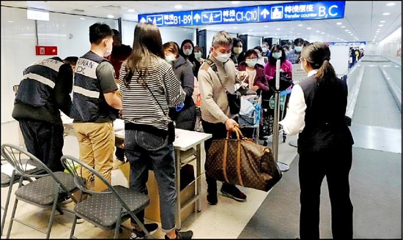 陸委會開放中配子女入境導致民怨沸騰,政策急轉彎。圖為桃機入境旅客排隊填寫健康聲明書。(資料照)