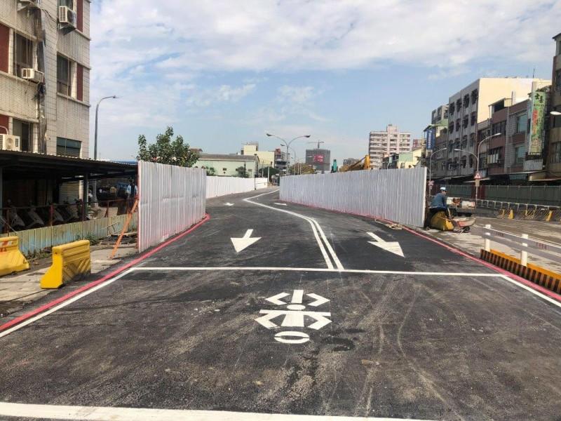 貫穿南北高雄的中華地下道填平封閉,為緩解交通開放南向便道。(記者黃良傑翻攝)