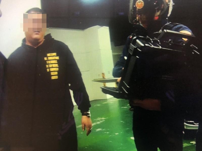 柯男(圖左)自認只有上車取物,拒絕警方(圖右)的酒測。(記者張瑞楨翻攝)