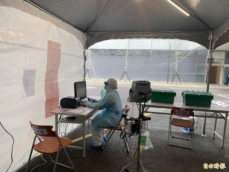 中醫大新竹附醫醫師身著防護衣,在急診外搭起戶外的發燒醫療站,設置等候區提供看診、照X光,好跟一般病患分流,平添防疫幾絲緊張感。(記者黃美珠攝)
