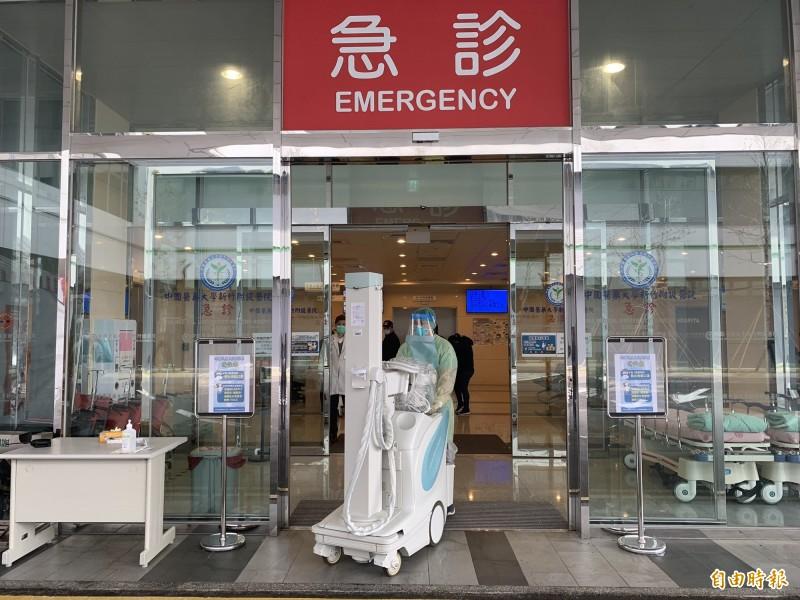 中醫大新竹附醫今天在急診外建置戶外發燒醫療站,全副武裝的醫護人員推出X光機,讓人感覺到真的防疫要料敵從寬,不能馬虎。(記者黃美珠攝)