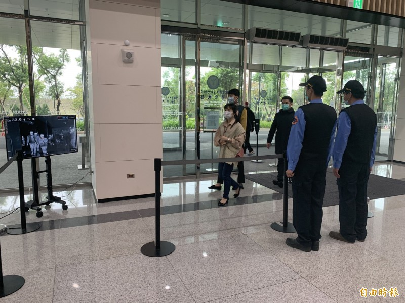 現在進出中醫大新竹附醫猶如機場過海關,他們前後門都有裝設紅外線體溫探測儀,讓登門求診的民眾體溫狀況一清二楚。(記者黃美珠攝)