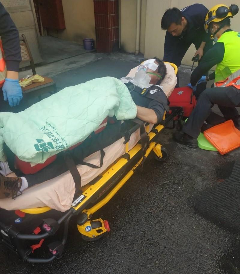 台中太平永豐路一家工廠今天上午發生火警,一名男子臉部燒傷送醫。(記者陳建志翻攝)