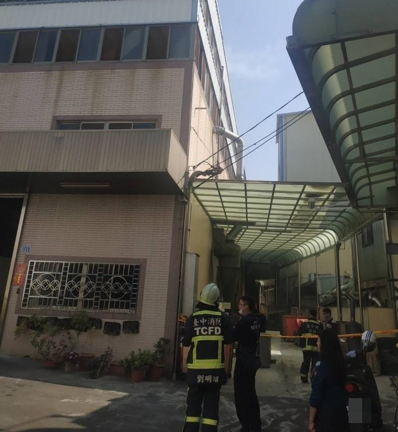 台中太平永豐路一家工廠今天上午發生火警,消防人員獲報到場救援。(記者陳建志翻攝)