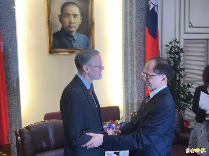美國在台協會處長酈英傑(左)今上午拜會立法院長游錫堃,游錫堃當面感謝美方支持台灣參與WHO,並盼未來能加強力道,讓台灣早日加入WHO。(記者彭琬馨攝)