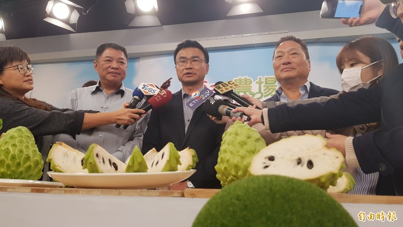 農委會主委陳吉仲(中)與東森總裁王令麟(右)。(記者簡惠茹攝)