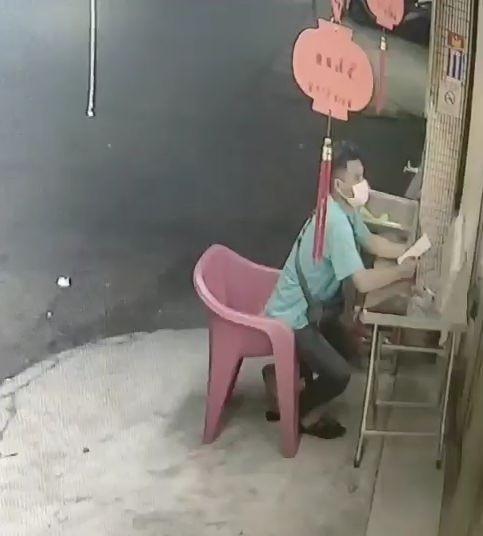 一名泰籍移工昨晚在太平大源路一家彩券行持槍行搶,犯案前先在店外佯裝簽注。(記者陳建志翻攝)