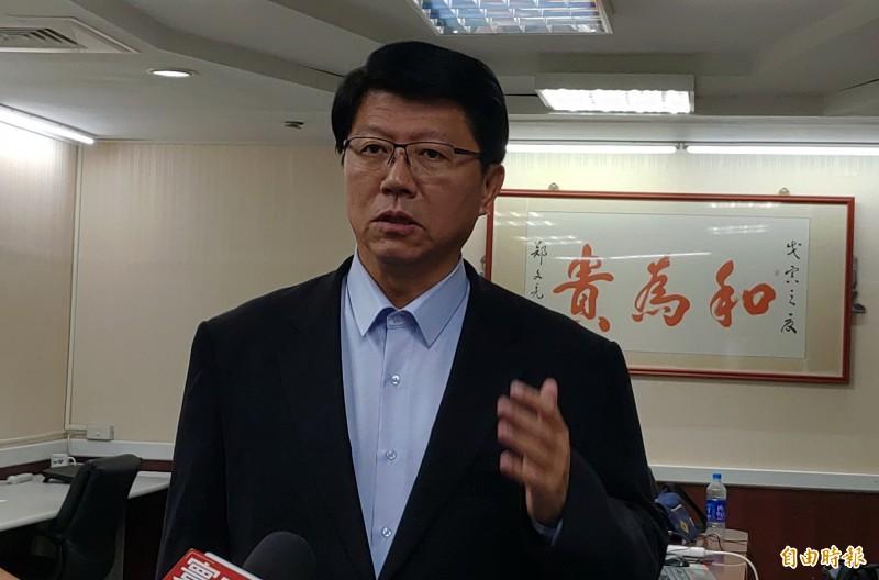 對於罷韓一事,謝龍介在「和為貴」的書法作品下,強調台灣社會「以和為貴」。(記者蔡文居攝)