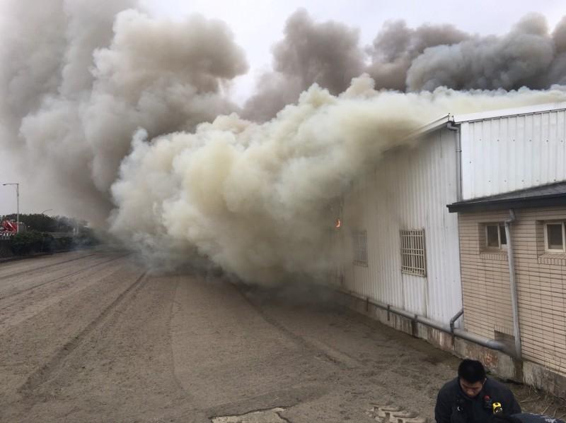 鹿港鐵皮失火,濃煙衝天。(記者劉曉欣翻攝)