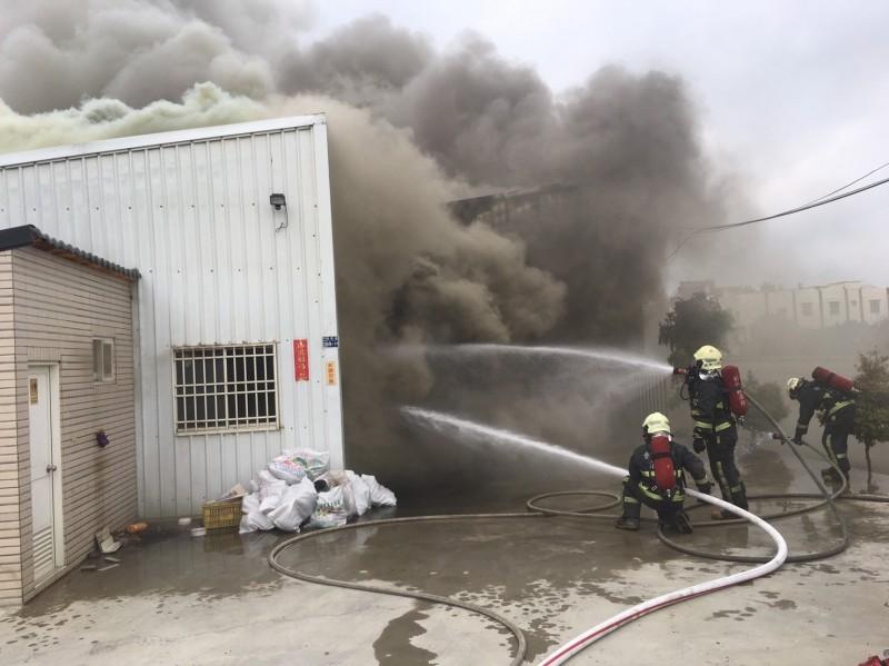 鹿港鐵皮屋失火,消防人員到場灌救。(記者劉曉欣翻攝)