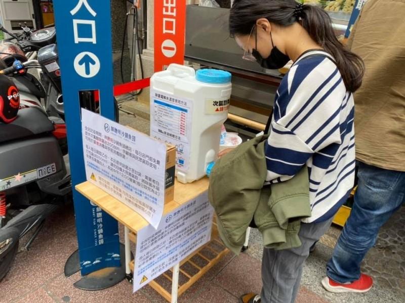 林聰明沙鍋魚頭今天起在總店門口分送次氯酸水給有需要的民眾。(擷取自林佳慧臉書)