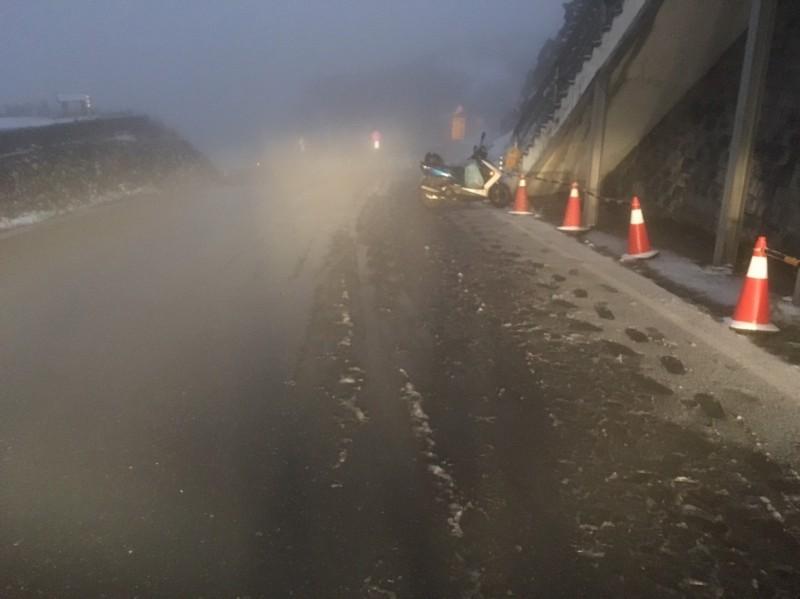 合歡山今天傍晚出現霰夾雪情形,警方提醒駕駛人行經昆陽至合歡山莊路段要注意安全。(民眾提供)