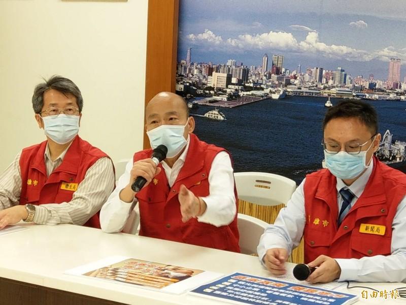 高雄市長韓國瑜(中)今下午主持一級應變防疫會議後表示,因為防疫紓困太重要了,所以親自參加行政院會。(記者方志賢攝)