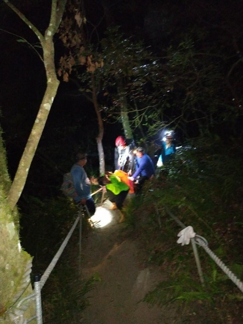台北市黃姓大學生栗松溫泉墜深潭溺水,消防人員馳援仍舊回天乏術。(記者陳賢義翻攝)