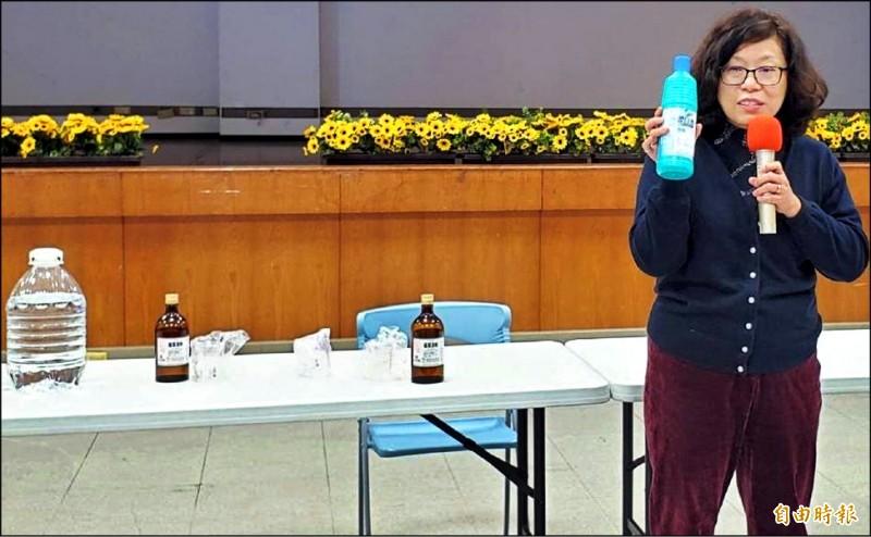 南投縣衛生局疾病管制科長趙聆惠在疫情防治宣導中,教導民眾酒精及漂白水稀釋比例及方法。(記者謝介裕攝)