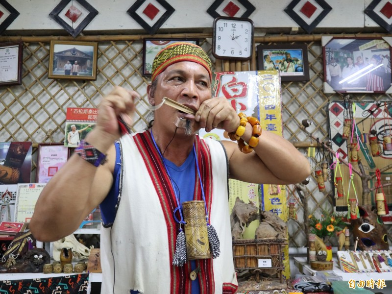 泰雅族口簧琴老師鄭保雄致力傳承原住民技藝及文化,去年才獲第十四屆原曙獎表揚。(資料照,記者歐素美攝)