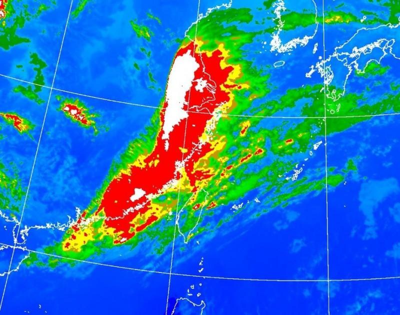 今年第一波春雨鋒面即將抵台,該鋒面結構完整,加上暖濕水氣北上,傍晚許多地方將出現轉陣雨天氣。(中央氣象局)